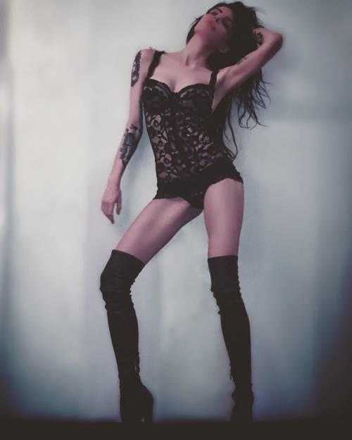 Nina Moric sexy in intimo su Facebook 2