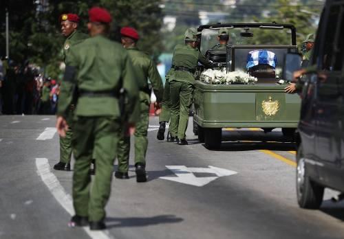 La jeep con i resti di Fidel Castro durante il corteo funebre