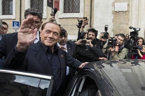 """Gli auguri di Berlusconi a papa Francesco: """"Noi giovanotti forti e tenaci"""""""