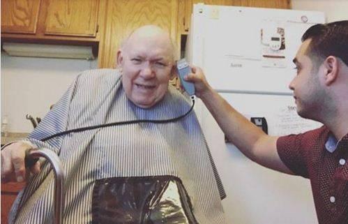 Il barbiere con il cliente affetto da morbo di Parkinson: una lezione di vita