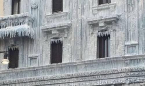 Milano, il palazzo ghiacciato spopola sui social network 4