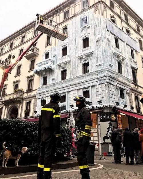 Milano, il palazzo ghiacciato spopola sui social network 5