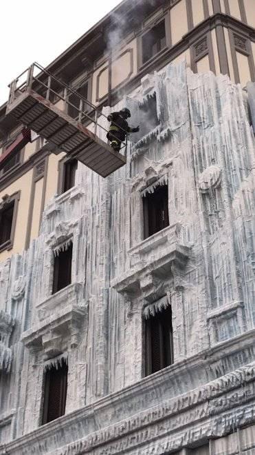 Milano, il palazzo ghiacciato spopola sui social network 9