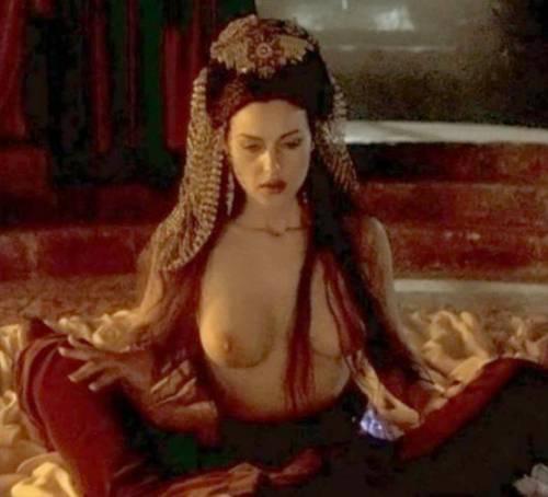 Monica Bellucci, topless in tv 5