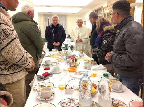 Il compleanno di Papa Francesco e la colazione con i senzatetto