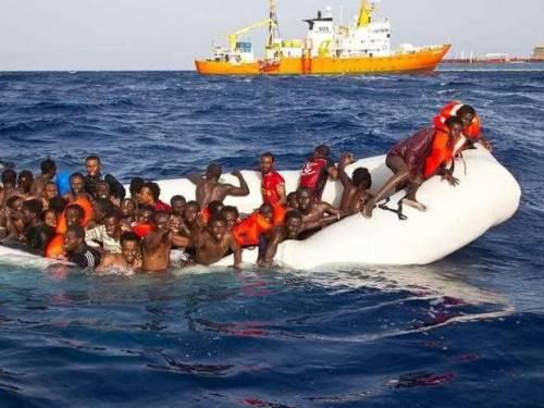 """L'Europa smaschera le Ong: """"Aiutano scafisti e clandestini"""""""