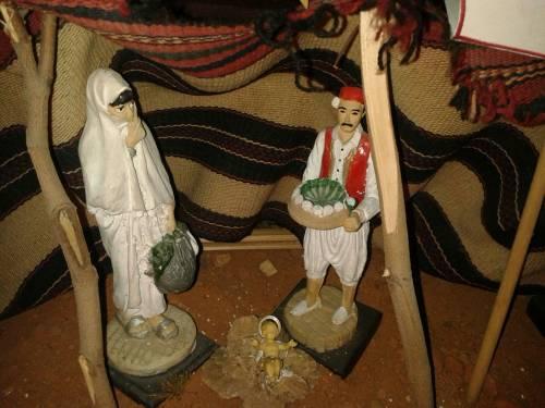 """Il presepe """"islamico"""" in chiesa: Maria col burqa e un barcone"""