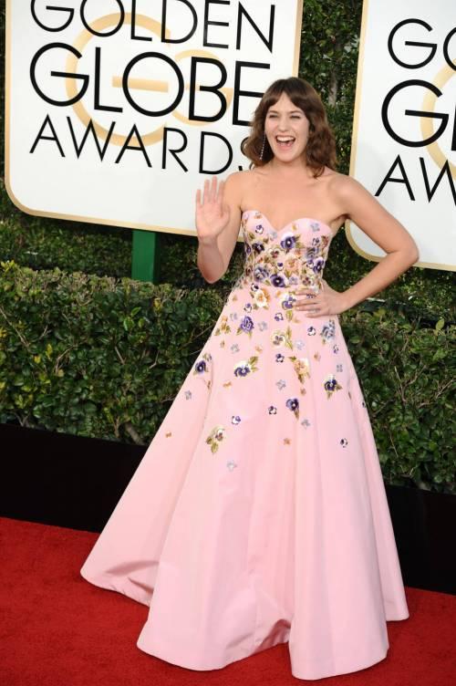 Lola Kirke ai Golden Globes 2017: dall'abito spuntano i peli sotto le ascelle 2