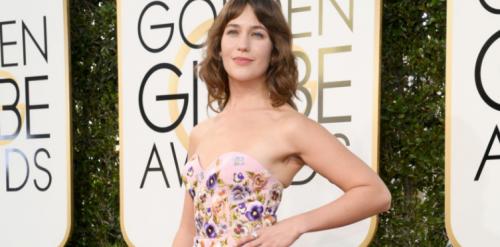 Lola Kirke ai Golden Globes 2017: dall'abito spuntano i peli sotto le ascelle 5