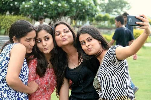 India, sei ragazzi sotto osservazione perché malati di selfie