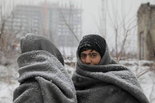 Migranti in fila nella neve a Belgrado 2