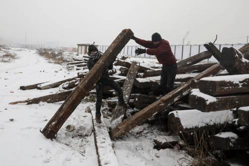 Migranti in fila nella neve a Belgrado 6