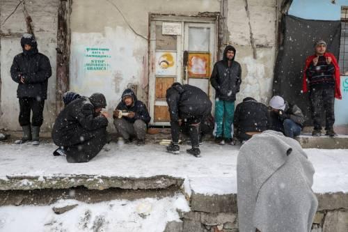 Migranti in fila nella neve a Belgrado 9