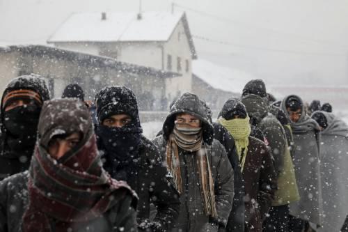 Migranti in fila nella neve a Belgrado 8