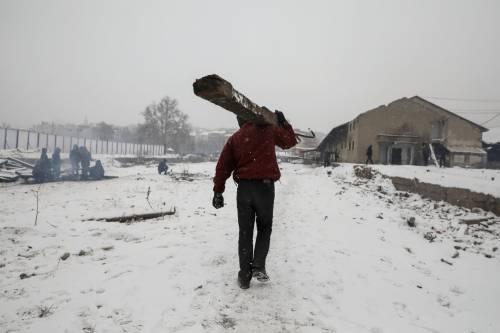 Migranti in fila nella neve a Belgrado 7