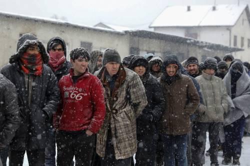 Migranti in fila nella neve a Belgrado 12