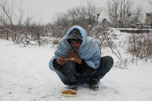 Migranti in fila nella neve a Belgrado 11