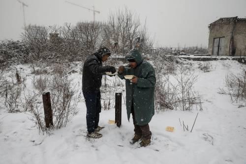 Migranti in fila nella neve a Belgrado 10