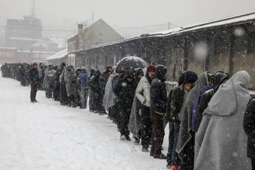 Migranti in fila nella neve a Belgrado 13