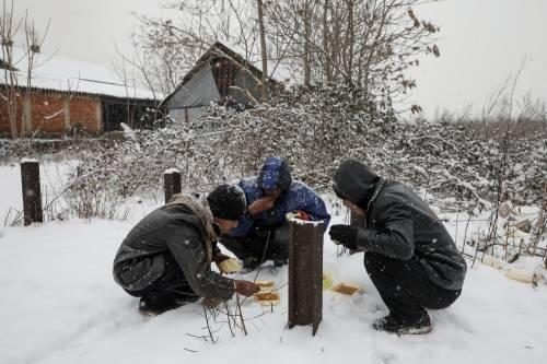 Migranti in fila nella neve a Belgrado 14