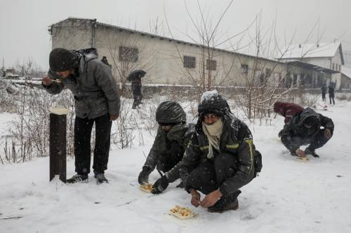 Migranti in fila nella neve a Belgrado 3