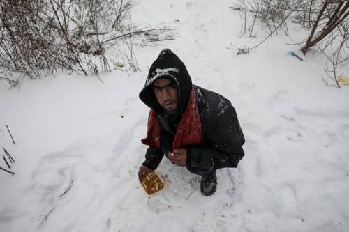 Migranti in fila nella neve a Belgrado 15