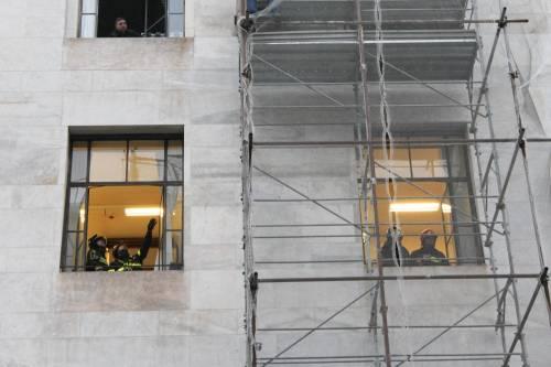Milano, uomo minaccia il suicidio in tribunale 7