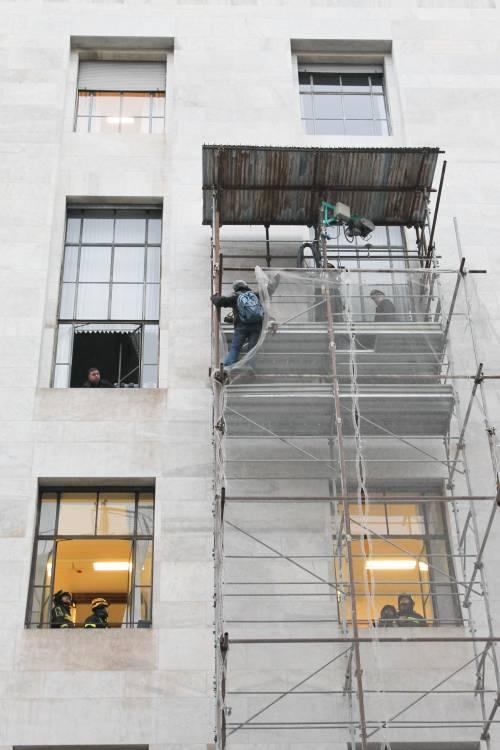 Milano, uomo minaccia il suicidio in tribunale 9