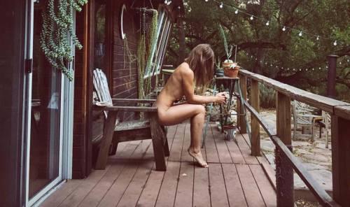 Donne nude nella natura: gli scatti hot della globetrotter