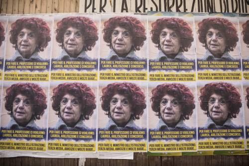"""Manifesti contro Fedeli: """"Per fare il ministro terza media e bugie"""""""