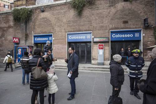 Terremoto, panico a Roma: chiusa metropolitana, evacuate scuole e uffici 5