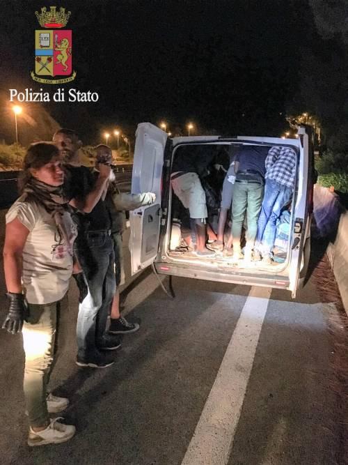 I migranti stipati nei camion 6