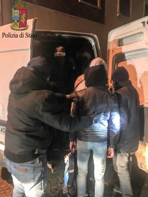 I migranti stipati nei camion 5