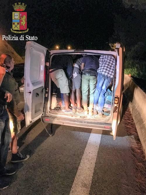 I migranti stipati nei camion 8