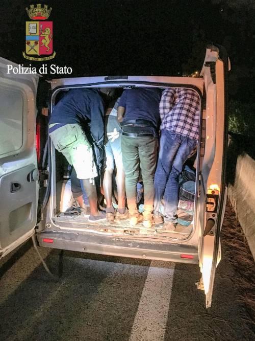 I migranti stipati nei camion 9