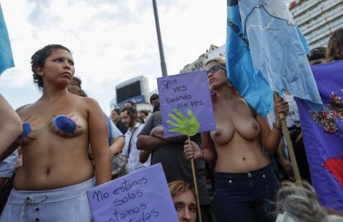 """In Argentina è il """"tetazo"""", per diffondere il topless 7"""