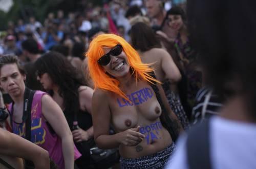 """In Argentina è il """"tetazo"""", per diffondere il topless 10"""
