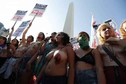 """In Argentina è il """"tetazo"""", per diffondere il topless 13"""