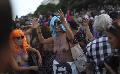 """In Argentina è il """"tetazo"""", per diffondere il topless 16"""