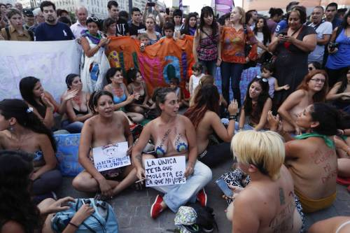 """In Argentina è il """"tetazo"""", per diffondere il topless 18"""