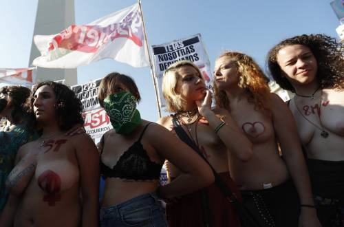 """In Argentina è il """"tetazo"""", per diffondere il topless 17"""