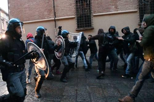 """Bologna, la verità degli agenti: """"Così i collettivi ci hanno bersagliato"""""""