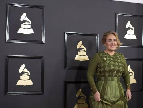 La paura della fuoriclasse ai Grammy, Adele vince tutto e poi si inceppa