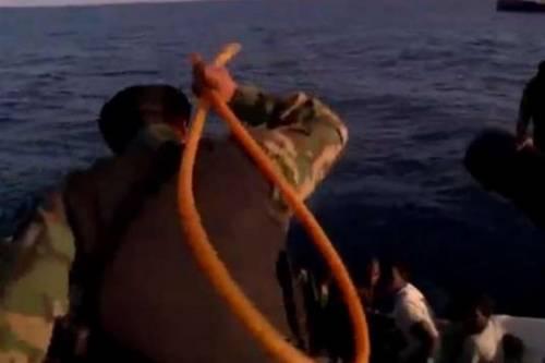Bufera sui guardacoste libici: frustano i migranti salvati mare