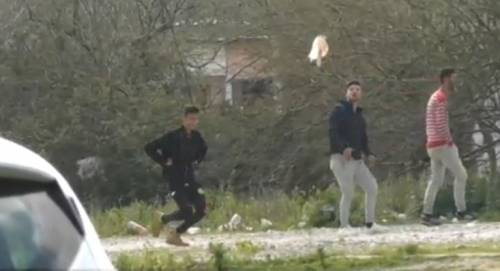Palermo, i rom deridono gli agenti cantando le canzoni di Bello Figo