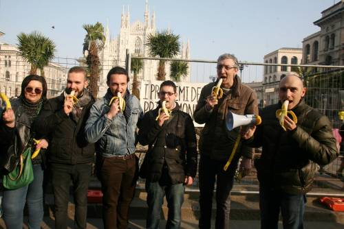 Piazza Duomo, la Lega distribuisce le banane 3