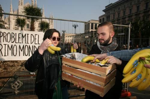 Piazza Duomo, la Lega distribuisce le banane 5