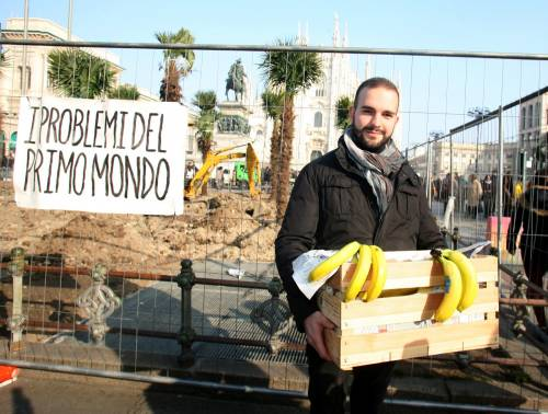 Piazza Duomo, la Lega distribuisce le banane 6