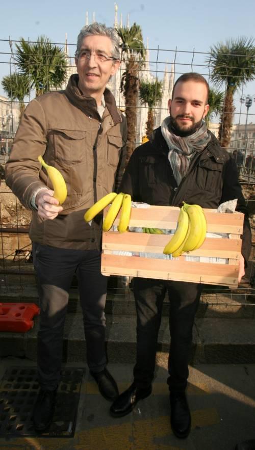 Piazza Duomo, la Lega distribuisce le banane 7