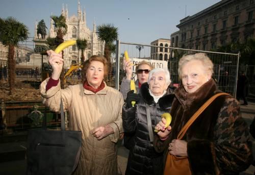 Piazza Duomo, la Lega distribuisce le banane 10